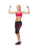 Mulher desportiva nova com pesos claros Fotografia de Stock