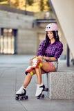 Mulher desportiva nova e equipamento de patinagem da proteção Fotos de Stock Royalty Free
