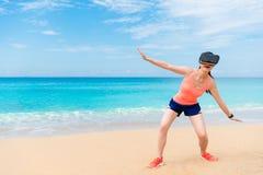 Mulher desportiva nova elegante que joga o divertimento com VR Fotografia de Stock Royalty Free