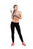Mulher desportiva nova lindo que guarda a garrafa da água Imagens de Stock