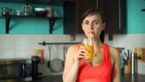 Mulher desportiva nova que bebe o batido Fresco-feito filme