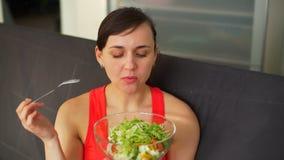 Mulher desportiva nova que come a salada do vegetariano video estoque