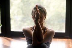 Mulher desportiva nova que faz o exercício do estiramento do braço imagem de stock