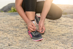 A mulher desportiva nova que prepara-se para correr na manhã e no mar é backgr Fotos de Stock Royalty Free