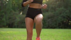 Mulher desportiva nova que salta na hora fora, movimento lento vídeos de arquivo