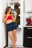 Mulher desportiva pelo refrigerador imagens de stock