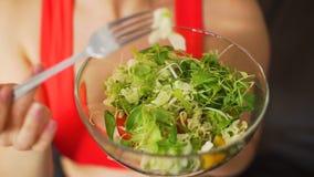 Mulher desportiva que come a salada fresca do vegetariano vídeos de arquivo