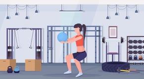 Mulher desportiva que faz exercícios da ocupa com a menina da bola da aptidão que treina o gym moderno do conceito saudável aerób ilustração royalty free