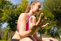 Mulher desportiva que faz a ioga no parque fotografia de stock