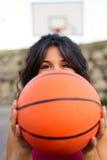 Mulher desportiva que joga o esporte da cesta Fotografia de Stock
