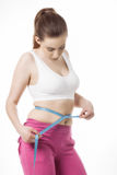 Mulher desportiva que mede sua cintura Imagens de Stock