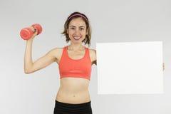 Mulher desportiva que mostra a placa do sinal Foto de Stock