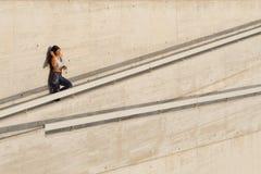 Mulher desportiva que toma um resto do exercício para a água potável Fotografia de Stock Royalty Free