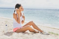A mulher desportiva saudável limpa para fora seu suor com a toalha após o exercício imagem de stock