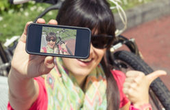 Mulher desportivo com a bicicleta do fixie que olha o smartphone fotos de stock