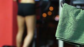Mulher desportivo com o corpo 'sexy' que exercita no gym, treinamento ativo do ajuste dos revestimentos video estoque