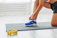 Mulher desportivo nova no gym Imagem de Stock