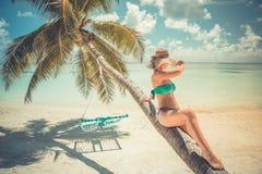Mulher despreocupada bonita feliz que aprecia a luz do sol na praia Jovem mulher no biquini cor-de-rosa vermelho 'sexy' no Sandy  Imagens de Stock