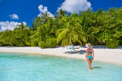 Mulher despreocupada bonita feliz que aprecia a luz do sol na praia Jovem mulher no biquini cor-de-rosa vermelho 'sexy' no Sandy  Fotos de Stock Royalty Free