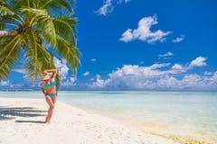 Mulher despreocupada bonita feliz que aprecia a luz do sol na praia Jovem mulher no biquini cor-de-rosa vermelho 'sexy' no Sandy  Foto de Stock