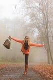 Mulher despreocupada da forma que relaxa no parque do outono Imagens de Stock