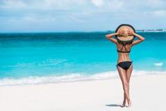 Mulher despreocupada do chapéu do sol da felicidade das férias de verão Foto de Stock