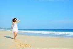 Mulher despreocupada feliz que anda na praia que comemora sua liberdade Fundo da mulher do verão do oceano e da areia imagens de stock royalty free