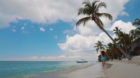 Mulher despreocupada feliz que aprecia férias de verão na ilha de Saona e em praias das caraíbas, República Dominicana video estoque