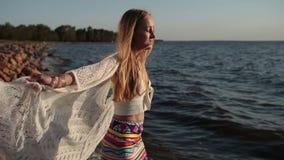 Mulher despreocupada feliz que aprecia o por do sol na praia video estoque
