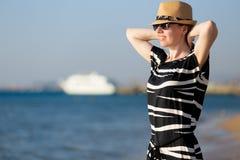 Mulher despreocupada nova no litoral foto de stock