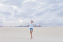 Mulher despreocupada que aprecia a liberdade na praia Fotos de Stock Royalty Free