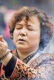 Mulher devotada em um templo budista, Hangzhou, China Fotos de Stock Royalty Free