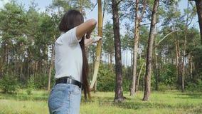 A mulher dispara em uma seta e faltou-a video estoque