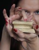 A mulher diz a fortuna Fotos de Stock Royalty Free