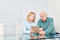 A mulher diz a um computador superior um tablet pc imagem de stock royalty free