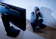 A mulher do adolescente abusou o Internet de sofrimento que cyberbullying deprimido triste assustado na expressão da cara do medo imagens de stock