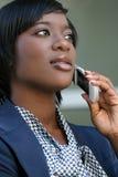 Mulher do African-American ao ar livre no telefone de pilha Imagem de Stock