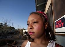 Mulher do African-American na frente da casa Fotos de Stock