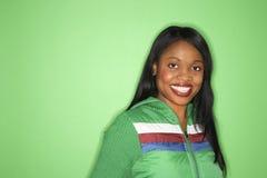 Mulher do African-American no revestimento verde. Fotos de Stock