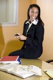 Mulher do African-American que trabalha no relatório Fotos de Stock