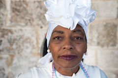 A mulher do Afro vestiu-se com roupa típica em Havana Imagem de Stock