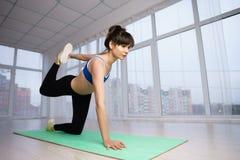 Mulher do ajuste que faz esticando o exercício no estúdio da ioga fotografia de stock