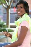 Mulher do americano africano que escuta a música ao ar livre Imagem de Stock Royalty Free