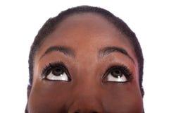 Mulher do americano africano que olha acima Fotografia de Stock Royalty Free