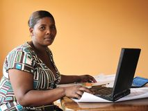 Mulher do americano africano que trabalha com lapt fotografia de stock
