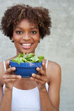 Mulher do americano consideravelmente africano com salada Fotografia de Stock