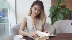 Mulher do asiático da leitura video estoque