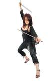 Mulher do assassino com duas espadas Fotografia de Stock Royalty Free