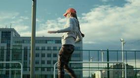 Mulher do atleta que espera no bloco começar na pista de atletismo 4k filme
