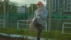Mulher do atleta que espera no bloco começar na pista de atletismo 4k video estoque